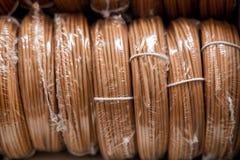 Alambres eléctricos para atar con alambre el cableado imagenes de archivo