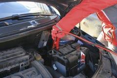 Alambres y terminales de la almeja en la batería de coche Imágenes de archivo libres de regalías