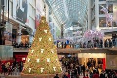 Alameda de compra decorada para o Natal Fotografia de Stock Royalty Free