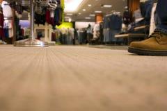 Alameda de compra - um cliente que shoping - pavimente a vista Imagens de Stock Royalty Free