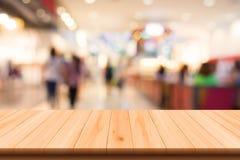 Alameda de compras borrosa con el piso de madera Imagen de archivo libre de regalías