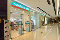 Alameda de compras/centro al por menor modernos con hacer compras ocupado de muchos compradores Imagen de archivo