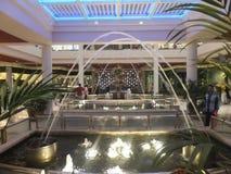 Alameda de compras de BurJuman en Dubai, UAE Foto de archivo