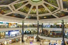 Alameda de compras de Hong Kong con los compradores Fotografía de archivo libre de regalías