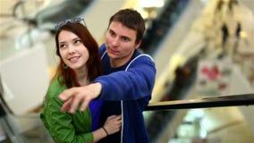 Alameda de compras de los pares que camina casuales en la escalera móvil almacen de metraje de vídeo