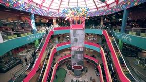 Alameda de compras Muchedumbres de gente en la escalera móvil Timelapse almacen de metraje de vídeo