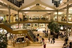 Alameda de compras ocupada Imágenes de archivo libres de regalías