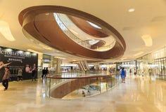 Alameda de compras ocupada del interrior en Guangzhou China; pasillo moderno del centro comercial; almacene el centro; ventana de Fotografía de archivo libre de regalías