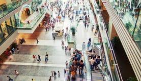 Alameda de compras ocupada interior, gente en alameda de compras foto de archivo libre de regalías