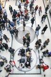 Alameda de compras por completo de la gente Fotografía de archivo libre de regalías
