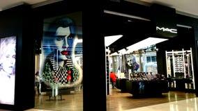 Alameda de compras turística de Kuala Lumpur del MAC de la tienda grande elegante imponente del maquillaje Fotos de archivo libres de regalías