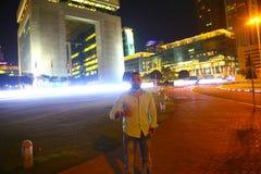 Alameda de Dubai del paseo de la gente Imágenes de archivo libres de regalías