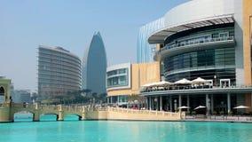 Alameda de Dubai do shopping e Burj Khalifa - o arranha-céus o mais alto no mundo filme