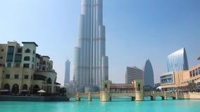 Alameda de Dubai do shopping e Burj Khalifa - o arranha-céus o mais alto no mundo video estoque