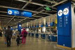 Alameda de Shenzhen IKEA, a área do caixa IKEA é uma origem de uma corrente nórdica do armazém, vende a mobília montada e também foto de stock royalty free