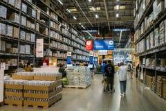 Alameda de Shenzhen IKEA, originando de uma corrente n?rdica do armaz?m, vende a mob?lia montada e igualmente fornece artigos do  fotografia de stock