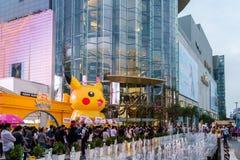 Alameda de Siam Paragon da visita dos clientes e Pokemon Festiva Foto de Stock