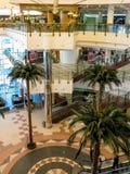 Alameda del centro de ciudad en Doha, Qatar imagen de archivo