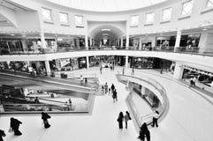 Alameda del centro de ciudad en Dubai Foto de archivo libre de regalías