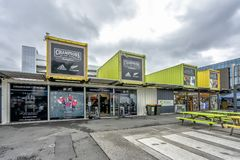 Alameda del envase de Christchruch con shoppes en un día nublado foto de archivo libre de regalías