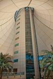 Alameda del puerto deportivo de la torre en Abu Dhabi Fotografía de archivo libre de regalías