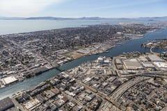 Alameda ö och Sanen Francisco Bay Aerial Royaltyfri Bild