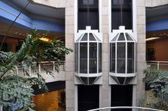 Alameda y elevador de compras Fotos de archivo libres de regalías