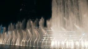 Alameda y fuente de Dubai almacen de metraje de vídeo