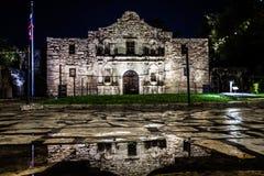 Alamo à San Antonio, le Texas pendant la nuit après des précipitations avec le bâtiment se reflétant dans l'eau malaxe photographie stock