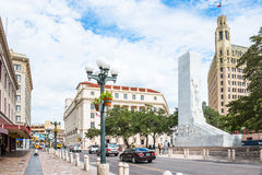 Alamo Plazastolpe - kontorsdomstolsbyggnadcenotafium Emily Morgan Hotel arkivbilder