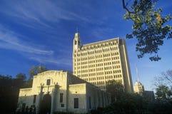 Alamoen med Emily Morgan Hotel i bakgrund, San Antonio, TX Arkivbilder