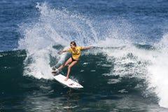 Alana Blanchard que practica surf en favorable hawaiano de las mujeres Fotografía de archivo