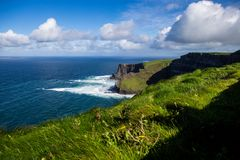 Alantic海洋的莫赫悬崖在有打击反对岩石的波浪的爱尔兰西部 免版税图库摄影