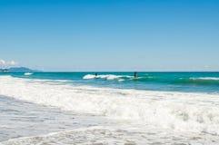 ALANYA, DIE TÜRKEI -, KÖNNEN 6: Unbekannte Männer, die auf Wellen am Strand in Alanya surfen Stockfotografie