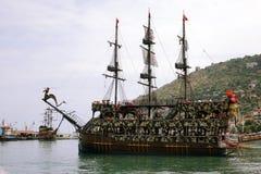 Alanya La Turquie juin 2018 : Bateau de pirate outre de la côte de la Turquie La mer Méditerranée et les falaises raides Le conce image libre de droits