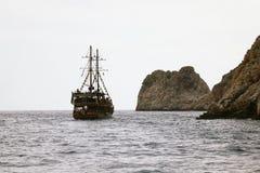 Alanya La Turquie juin 2018 : Bateau de pirate outre de la côte de la Turquie La mer Méditerranée et les falaises raides Le conce images stock