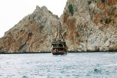 Alanya La Turquie juin 2018 : Bateau de pirate outre de la côte de la Turquie La mer Méditerranée et les falaises raides Le conce image stock