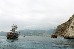 Alanya La Turquie juin 2018 : Bateau de pirate outre de la côte de la Turquie La mer Méditerranée et les falaises raides Le conce photos libres de droits