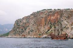 Alanya La Turquie juin 2018 : Bateau de pirate outre de la côte de la Turquie La mer Méditerranée et les falaises raides Le conce photographie stock
