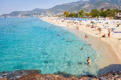 Alanya, Turchia - 14 settembre 2017: Spiaggia tropicale del mare con i turisti di nuoto sulla località di soggiorno di vacanze es Fotografie Stock