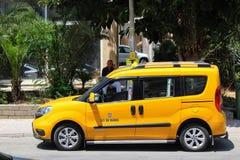 Alanya Turkiet, Juli 2017: stadstaxi - bilar av gul färg Royaltyfri Foto