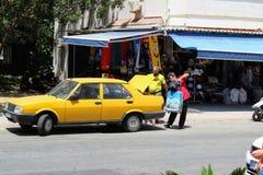 Alanya Turkiet, Juli 2017: stadstaxi - bilar av gul färg Fotografering för Bildbyråer