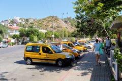 Alanya Turkiet, Juli 2017: stadstaxi - bilar av gul färg Arkivbilder