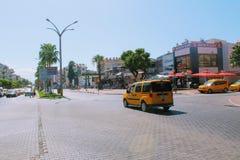 Alanya Turkiet, Juli 2017: stadstaxi - bilar av gul färg Arkivfoton