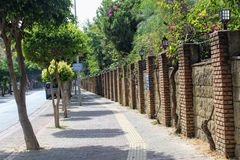 Alanya Turkiet, Juli 2017: vägen längs den härliga tegelstenväggen av staden parkerar Arkivbild