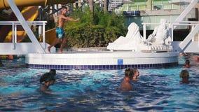 Alanya, Turkije - Oktober 18, 2016: De animator in pool geeft aerobics water stock video