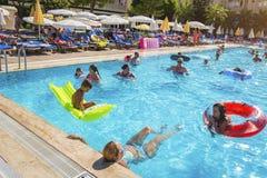 Alanya, Turquía - 14 de agosto de 2017: La gente está nadando en la piscina del hotel turístico Imagen de archivo libre de regalías