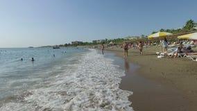 Alanya, Turquía - 16 de octubre de 2016: Ondas del agua pura en la playa metrajes