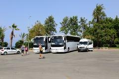 Alanya, Turquía, julio de 2017: autobuses turísticos cerca de las vistas fotografía de archivo libre de regalías
