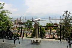 Alanya, Turquía, julio de 2017: telescopio pagado para una descripción del puerto de la ciudad Imagen de archivo